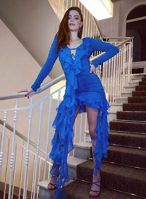 abbigliamento vestito blu di Annalisa Sanremo 6 marzo