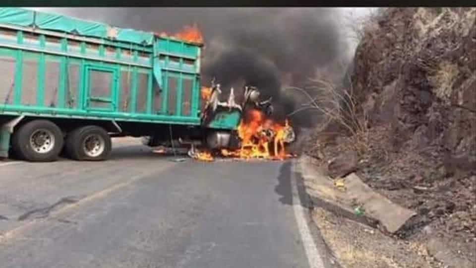 Sicarios levantan y queman camión, Se registran balaceras y bloqueos carreteros en Buenavista y Aguililla, Michoacán