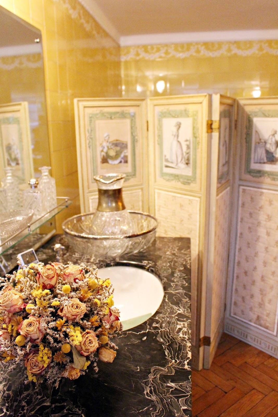 żółta łazienka