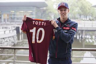 Foto de Daniil Kvyat segurando uma camisa da Roma número 10 de Totti.