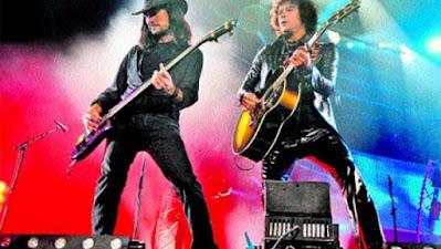 Imagen de archivo del cantante Enrique Bunbury (derecha) y el guitarra Joaquín Cardiel (izquierda)