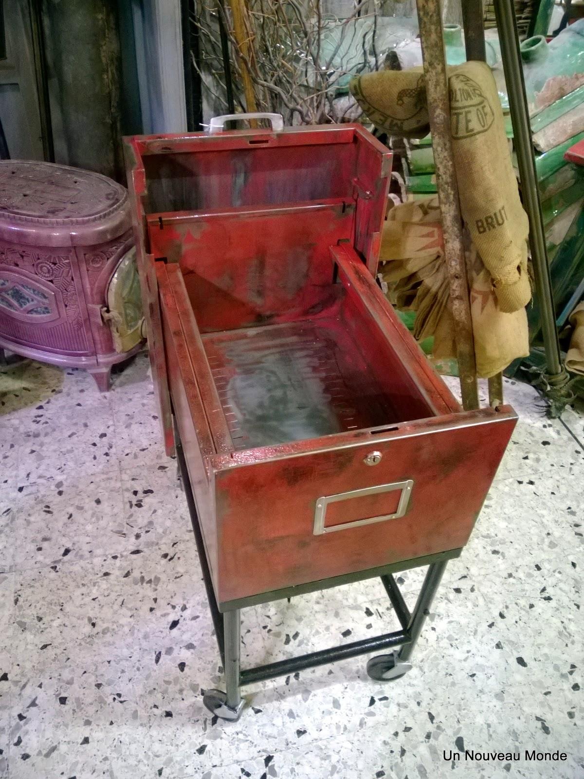 brocante d coration un nouveau monde classeur m tal patin rouge. Black Bedroom Furniture Sets. Home Design Ideas