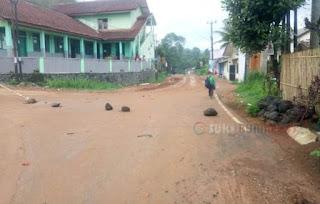 jalan dipenuhi limpur tanah