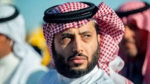 تركي ال الشيخ يسجد في مطار الرياض