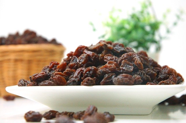 a bowl of raisins