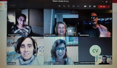 Grupo de pessoas assistindo a um tour virtual sobre o Porto