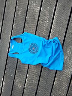 niebieska bluzeczka na jogę z mandalą