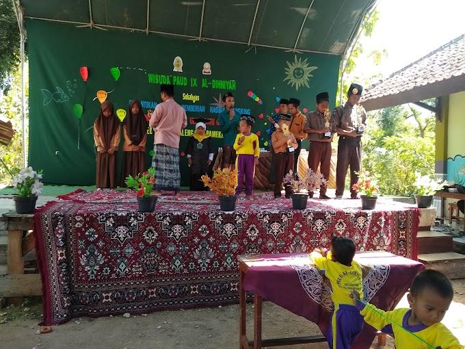 Kepala Madrasah Apresiasi Nilai Tertinggi Semester Genap Mu Bagus dengan Tropy