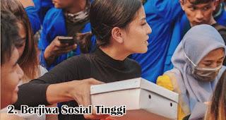 Berjiwa Sosial Tinggi merupakan salah satu fakta menarik wanita Indonesia yang membuat kamu bangga
