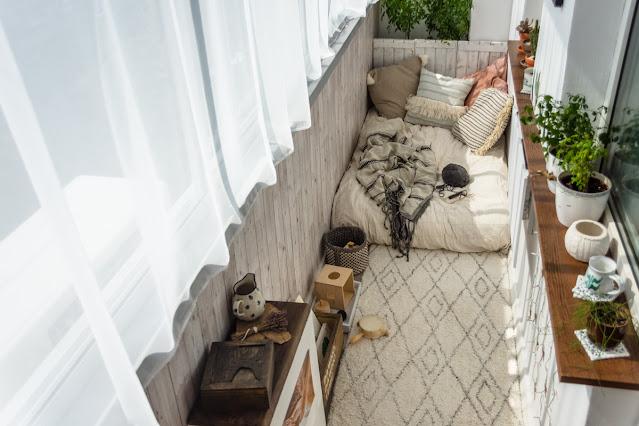 bialy dywan na balkonie