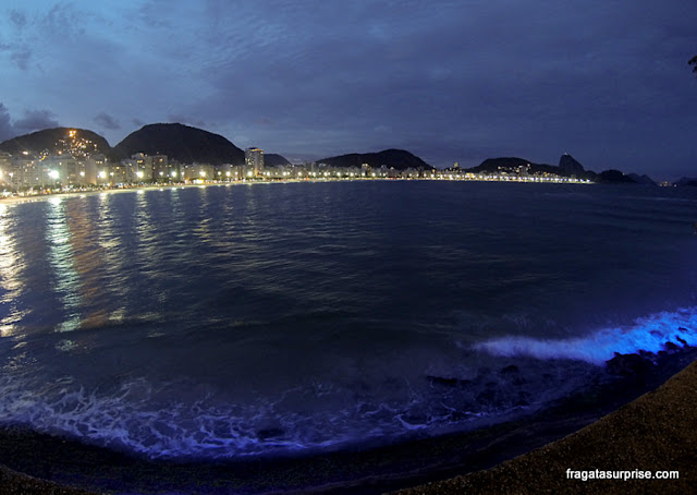 Copacabana à noite vista do Forte de Copacabana