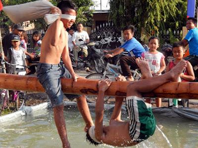 peserta lomba kepruk air anak-anak merayakan agustusan