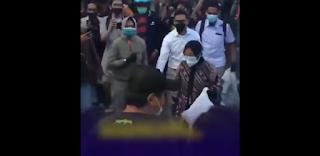 Pungut Sampah Saat Ada Demo Tolak Omnibus Law, Risma Diteriaki 'Pencitraan' Oleh Warganya
