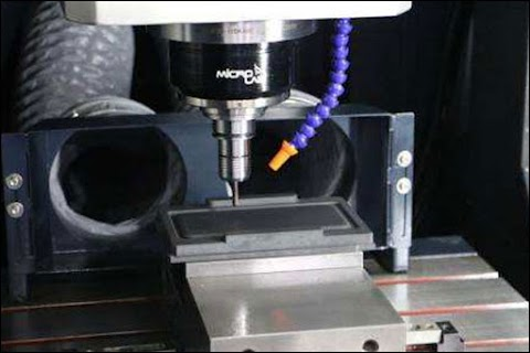 What are the main causes of errors in the machining of mechanical parts?