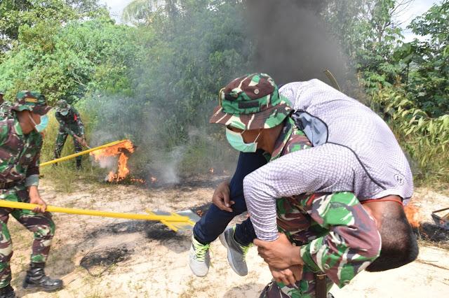 Ratusan Prajurit TNI - Basarnas Padamkan Hutan dan Lahan Desa Tani Bakti