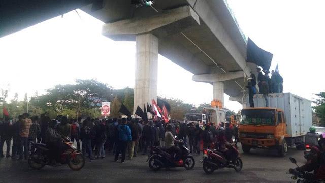 Ribuan Mahasiswa Demo Hari Sumpah Pemuda di Fly Over Makassar