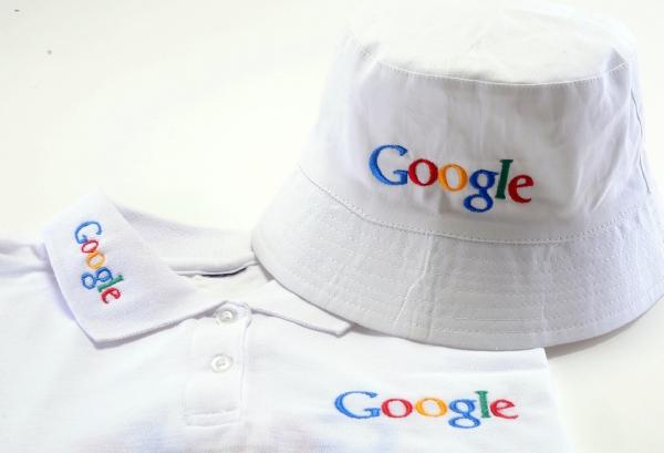 לוגו רקום על כובע