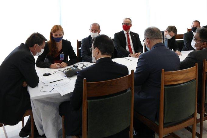 Bolsonaro fala com Putin sobre compra da vacina Sputnik V
