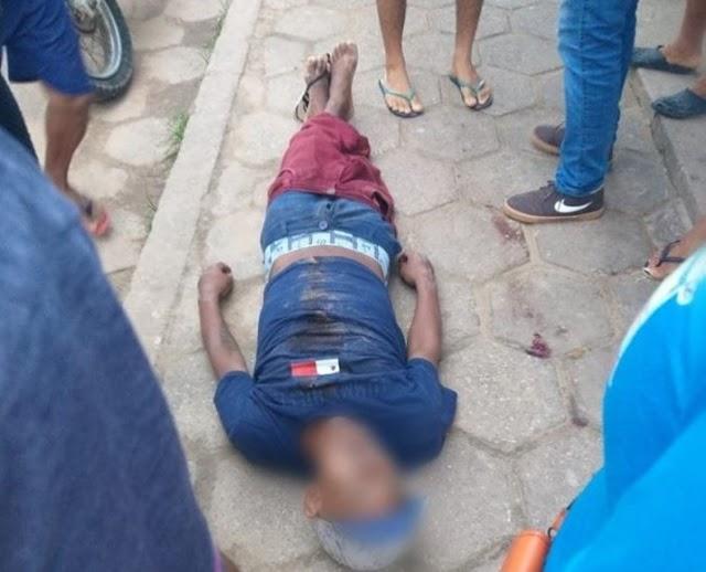 Homem é assassinado em via pública com facada no coração