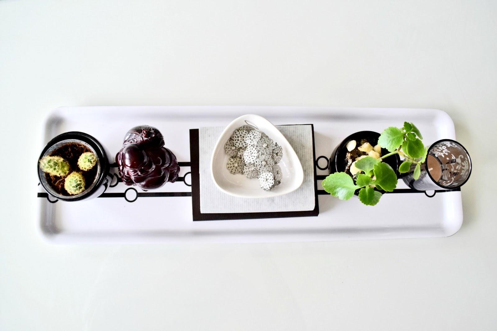 stolik w salonie dekoracja