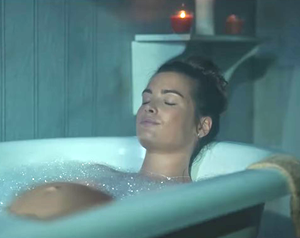 embarazada desnuda en bañera