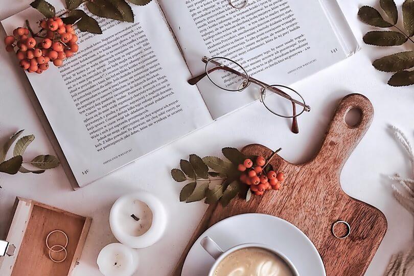 kawa,książka, jarzębina zdjęcie flatlay na bloga