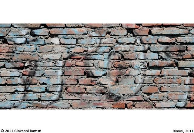 Muro di mattoni con scrittura murale
