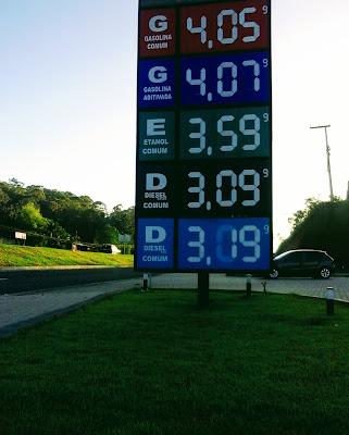 A foto mostra o painel luminoso com a tabela de preços dos combustíveis em outubro de 2017.