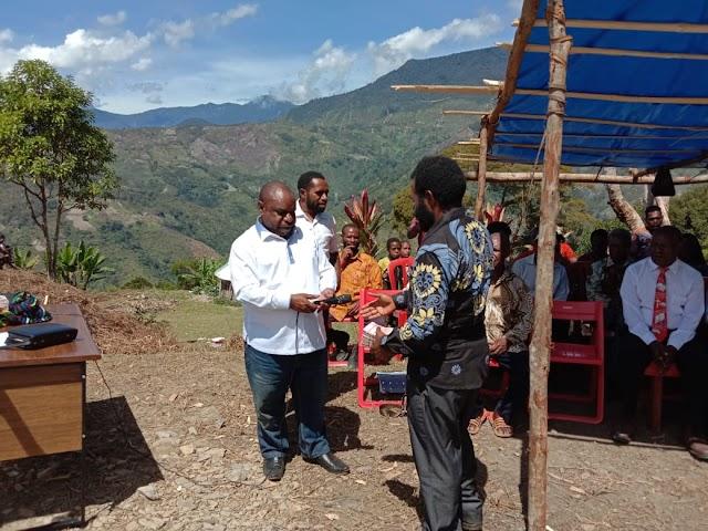 Wakil Bupati Dinus Wanimbo,SH.MH menyerahkan santunan berupa uang berjumlah Rp.60.000.000 kepada Gereja GIDI Klasis Gilumbandu Kabupaten Tolikara