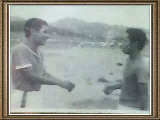 4a289a093 ناصر صالح الخولاني وعبدالله ناصر بجنف في ملعب مدرسة الكونغو في جزيرة الشباب في  كوبا, عام 1986 من ارشيف عبدالواحد غالب سيف