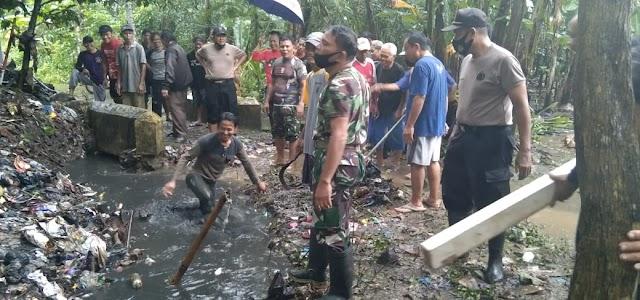 Antisipasi Banjir, Muspika Warungasem Bersama Masyarakat Bersihkan Irigasi