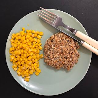 Galette salées aux flocons 5 céréales et graines accompagnée de maïs
