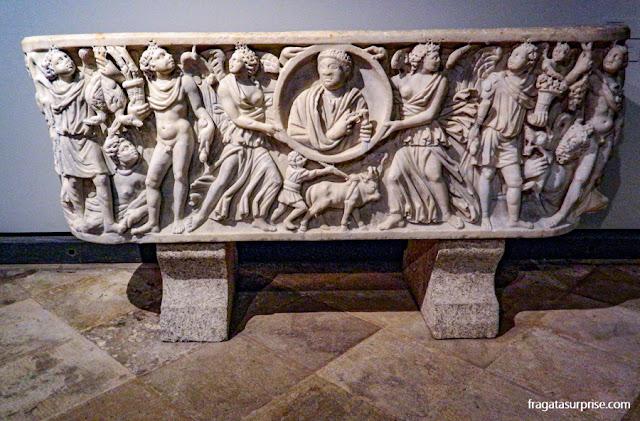 Urna funerária romana exposta no Museu de Arqueologia de Lisboa