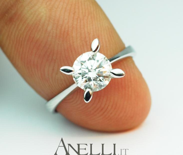 ab1042be53 Generalmente un anello solitario (nell'80% dei casi è questo il modello di  gioiello scelto per un regalo di fidanzamento) per essere ben visibile al  dito di ...