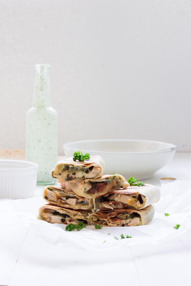rollitos-tortillas-rellenas-pollo-salsa-ranchera