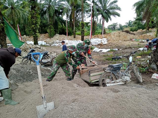 Kerja Sama Masyarakat Bersama Satgas TMMD Kodim 0207/Simalungun Laksanakan Bangun Tanggul Air