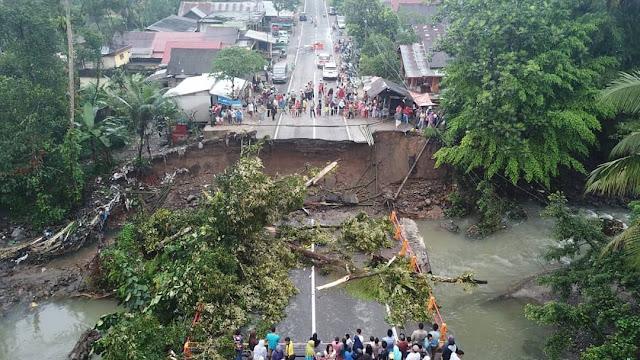 Ruas jalan Padang - Bukittinggi putus total. Jembatan Batangkalu di KM 54 yang berada di dekat Pasar Kayutanam, Kabupaten Padangpariaman ambruk, Senin sore (10/12/2018) dan tidak bisa dilalui sama sekali.