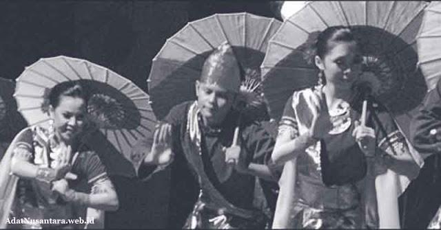 tari payung hitam putih