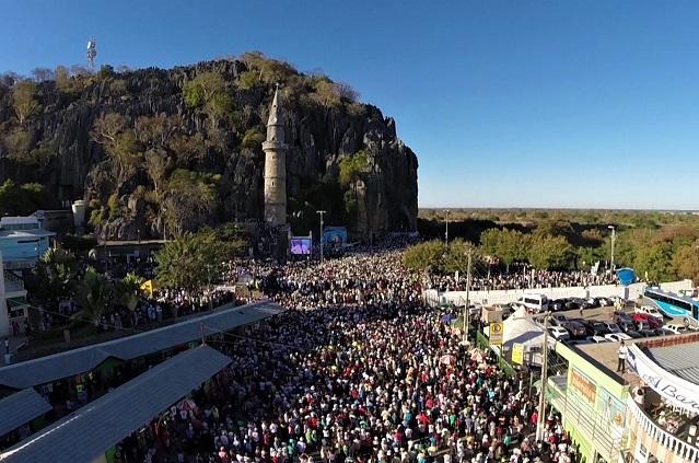 Terceira maior romaria do país reúne milhares de fiéis vindos de todos os cantos do Brasil na capital baiana da fé