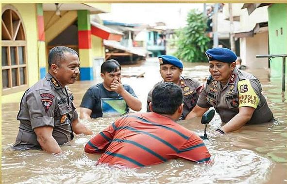 Dankor Brimob Polri Evakuasi Warga Jakarta Kebajiran