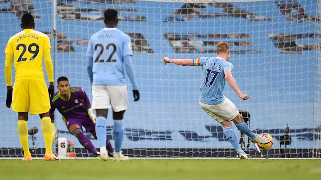 Man City star Kevin De Bruyne converting a penalty against Fulham