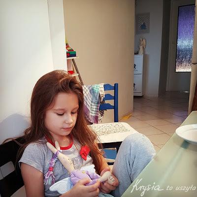Krysia to uszyła - zajączek maileg z włosami odpoczywa z córką