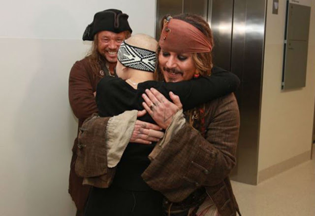 Johnny Depp visitó a jóvenes en hospital vestido como Jack Sparrow Johnny-Depp-3