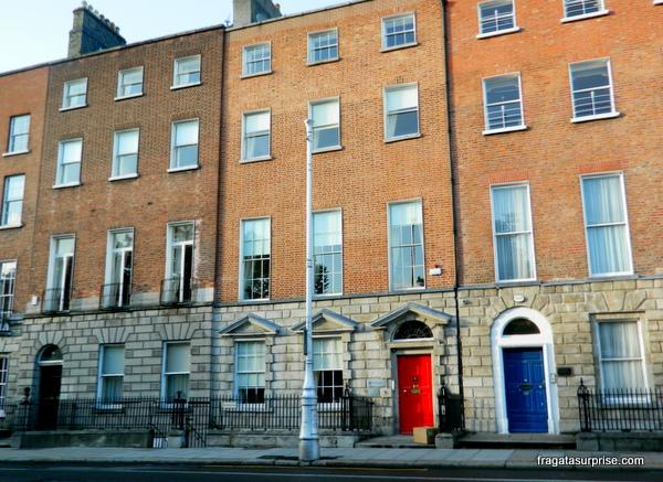 Edifício georgiano e portas coloridas em Dublin
