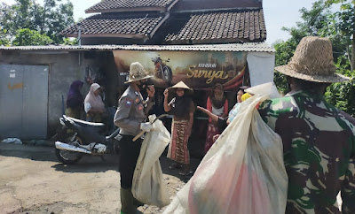 Brigadir Lalu Multasa Marjan BABINKAMTIBMAS, Kelurahan Gerantung peraih PIN Emas Kapolri, sedang memungut sampah di sela sela melaksanakan tugas kenegaraan kemarin