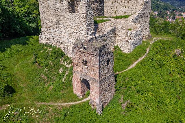 Château du Hugstein — Courtine sud-est et tour porte du 15e s.