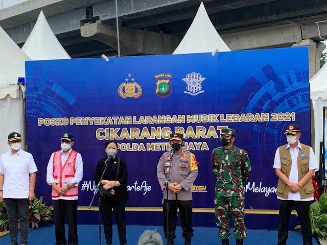 Caption: Kapolri Jenderal Listyo Sigit Prabowo (berbaju dinas Polri) bersama pejabat negara lainnya meninjau Pos Penyekatan KM 31 Tol Jakarta-Cikampek, Rabu (12/5/2021). Foto: Humas Mabes Polri