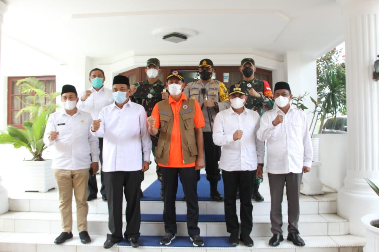 Plt. Deputi Penanganan Darurat Serahkan Bantuan Dana Dari BNPB Pusat Kepada Wabup Sergai