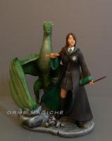 maga con drago personalizzato serpeverde statuette draghi orme magiche