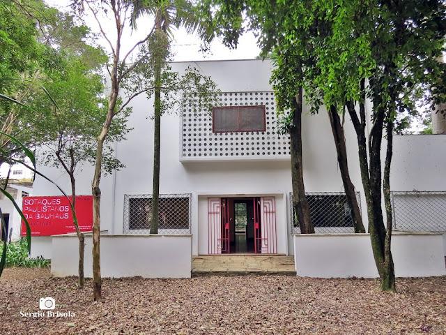 Vista da fachada frontal da Casa Modernista na Vila Mariana - São Paulo